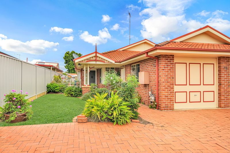 1/33 Bluebell Close, Glenmore Park NSW 2745-1